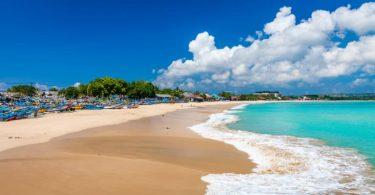 شاطئ جيمباران بالي.. دليلك لرحلة استثنائية في أجمل شواطئ إندونيسيا